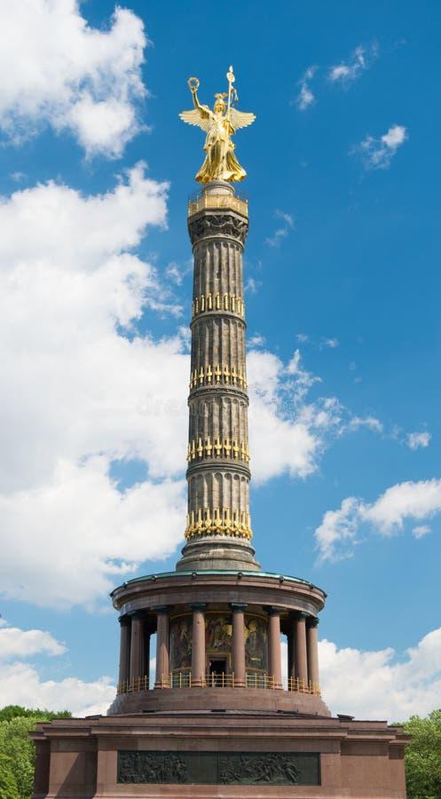 Столбец победы в Берлине Tiergarten, на солнечном летнем дне Берлине, Германия место назначения для туристов историческо стоковое фото