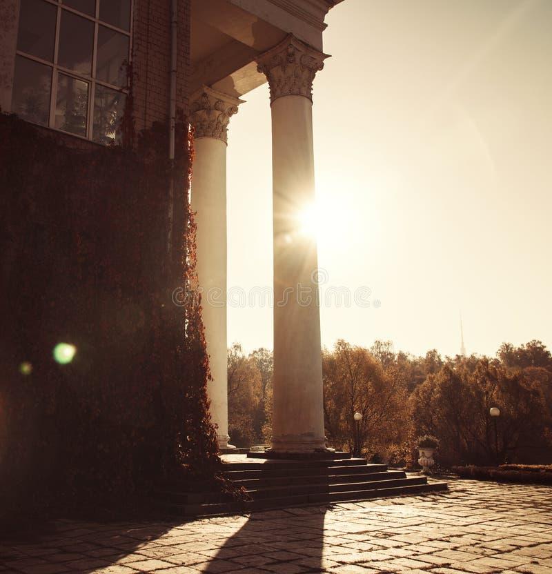 Столбцы балкона ограничивают яркую курчавую листву, погоду естественной красоты осени солнечную стоковая фотография rf