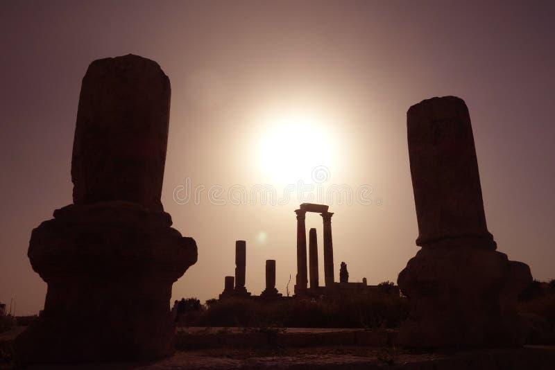 Столбцы захода солнца цитадели Аммана стоковые фото