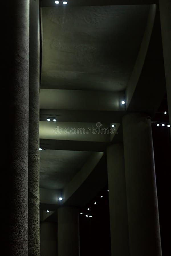 Столбцы здания с backlight сверху стоковая фотография rf