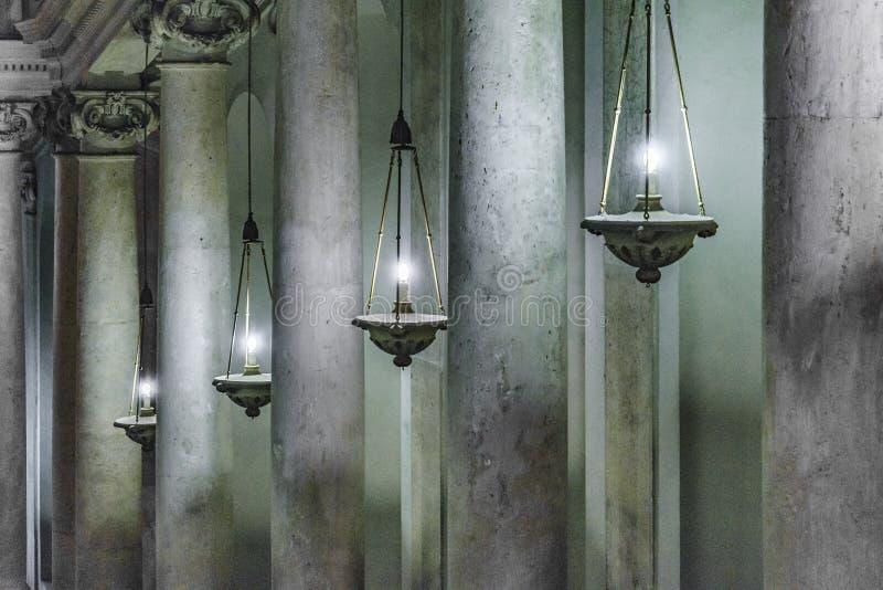 Столбцы и света на музее Ватикана стоковые фото