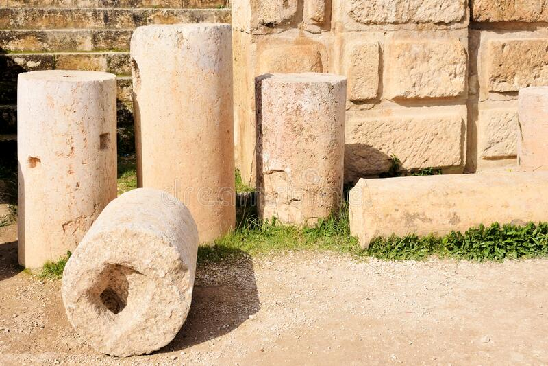 Столбцы и стена разрушенного греко-римского города, Иордания стоковая фотография rf