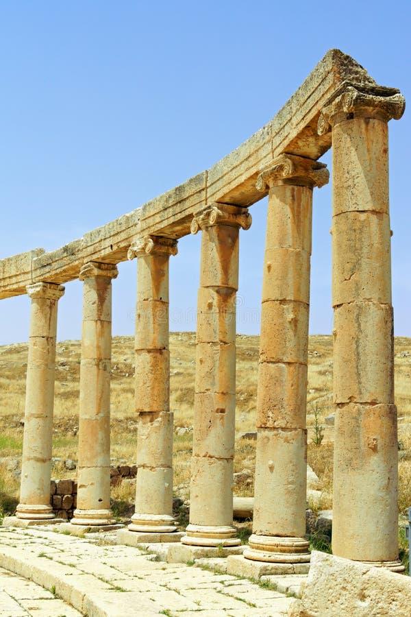 Столбцы с овального форума в Иераше, Иордания стоковые фото
