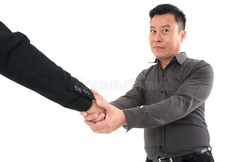 Столб 2 бизнесменов для того чтобы трясти руку для того чтобы отпраздновать успех изолированный на белой предпосылке стоковое фото rf