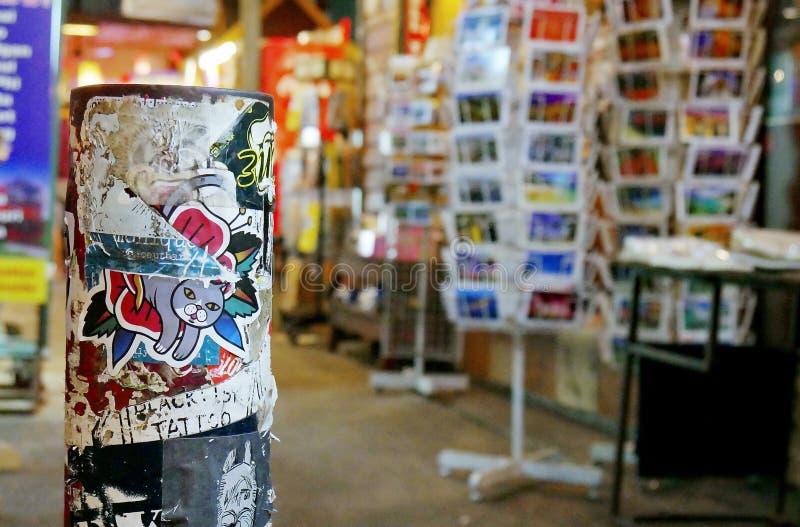 Столб граффити стикера стоковые фото