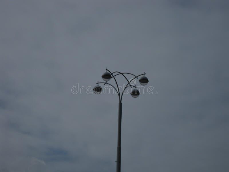 Столб и облачное небо лампы стоковое изображение rf