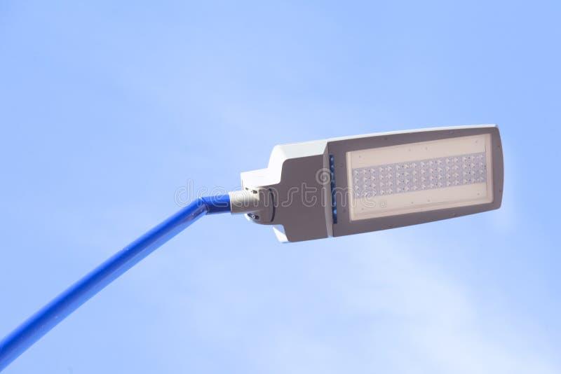 Столб на голубой предпосылке облачного неба стоковое фото rf