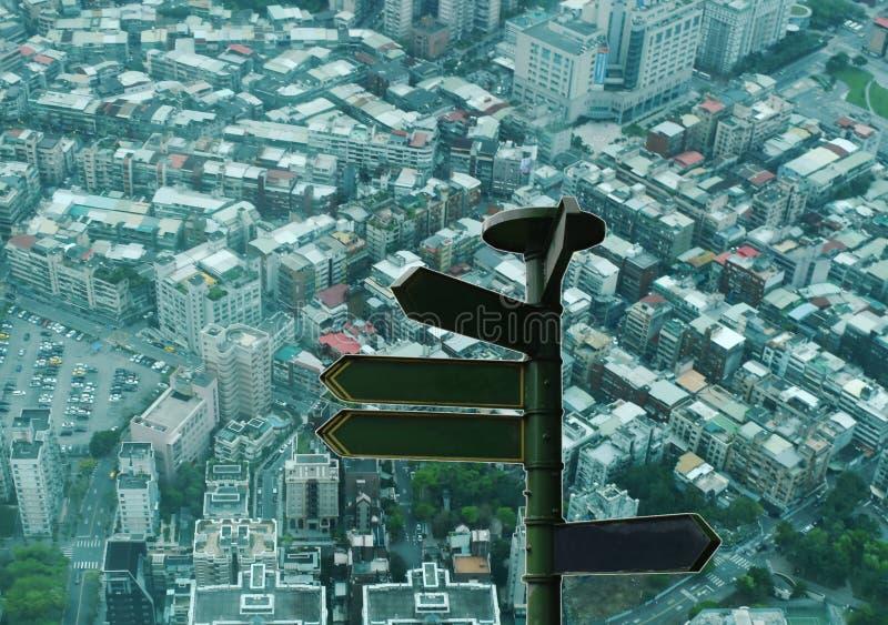 Столб проводника перемещения на взгляде сверху городского пейзажа Тайбэя от самого высокорослого здания в Тайване стоковое фото
