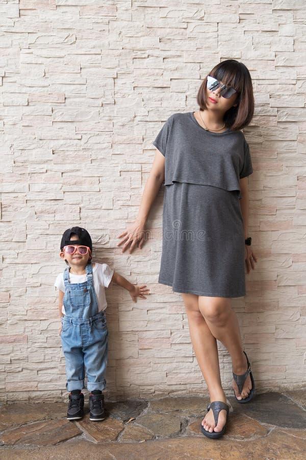 Столб ребёнка и матери беременной стоящий стоковые изображения rf
