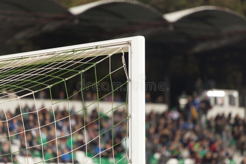 Столб цели с поклонниками футбола на заднем плане стоковые изображения rf