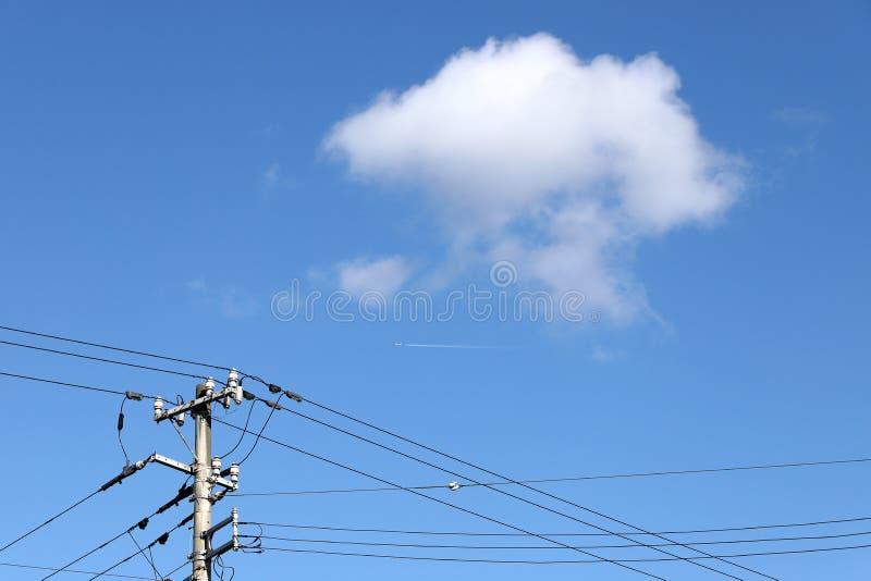 Столб электричества против голубого неба с облаками стоковые фотографии rf