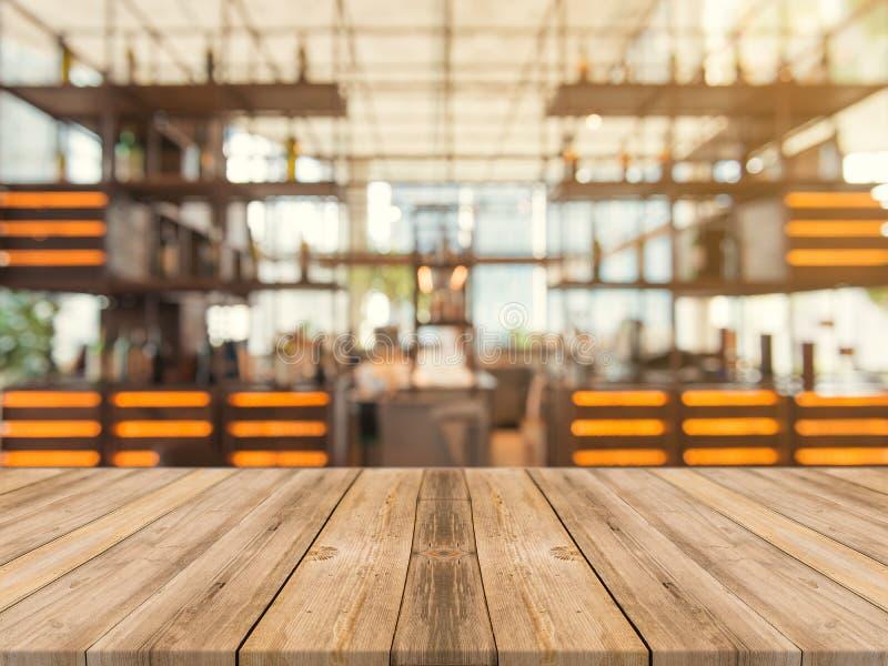 Столешница деревянной доски пустая дальше запачканной предпосылки Таблица перспективы коричневая деревянная над нерезкостью в пре стоковая фотография rf