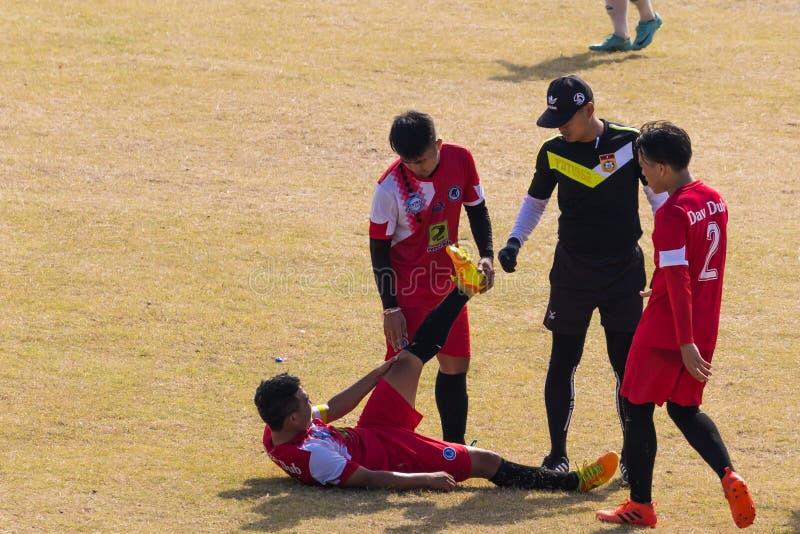 Столица Вьентьян, Лаос - 25-ое ноября 2017: Футболист раненый на тангаже во время спички торжества i Нового Года Hmong стоковое фото rf