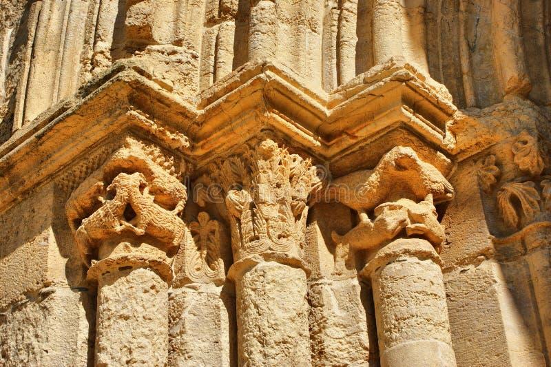 Столицы входа Santa Clara Velha в Coimbra стоковое изображение