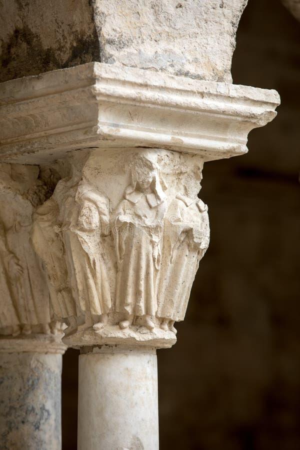 Столицы романск столбцов в монастырях аббатства Montmajour около Arles, стоковое фото