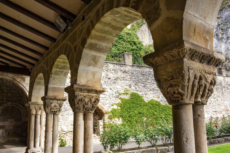 Столицы столбцов в монастыре церков San Pedro de Ла Rua, церков St Peter в estella-Lizzara, Наварре стоковые фото