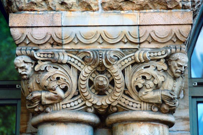 Столицы столбцов и пилястры зданий эклектичной архитектуры стоковые фотографии rf
