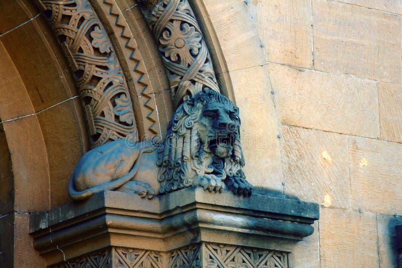 Столицы столбцов и пилястры зданий эклектичной архитектуры стоковые изображения