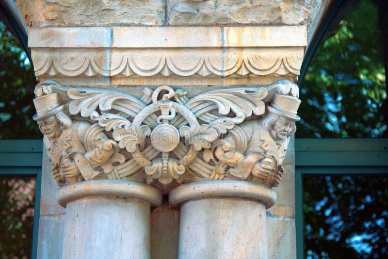 Столицы столбцов и пилястры зданий эклектичной архитектуры стоковое изображение rf