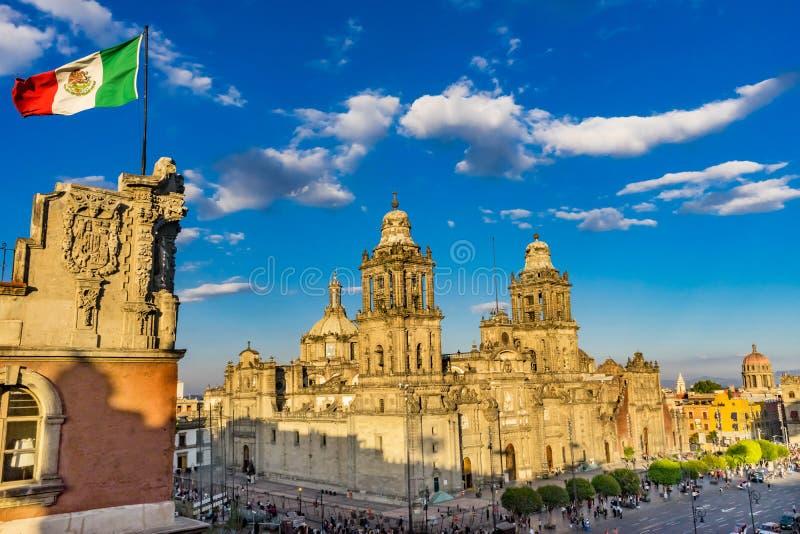 Столичный восход солнца Мехико Мексики мексиканского флага Zocalo собора стоковые фотографии rf