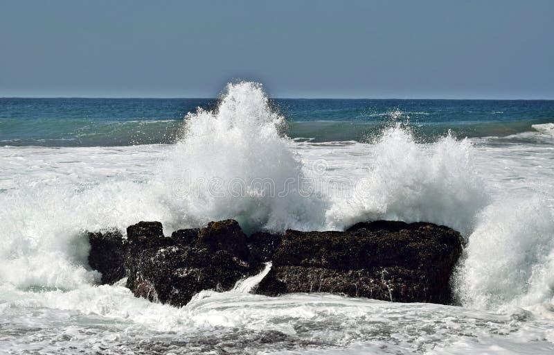 Столкновение утеса моря стоковые изображения