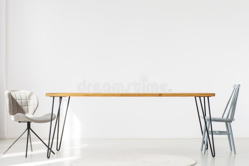 Столовая с длинной таблицей иллюстрация вектора