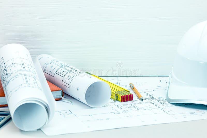 Стол архитектора с светокопиями, чертежом и инструментами инженерства, s стоковые фото