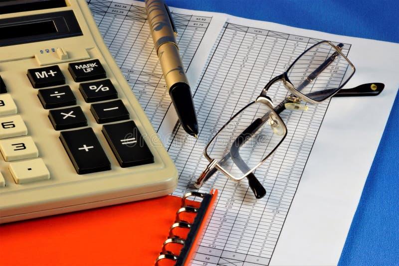 Стол бухгалтерии, с необходимыми аксессуарами, вычислением налога и бухгалтерией стоковая фотография rf