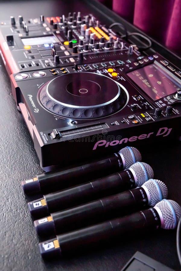 Стол и микрофоны диск-жокея смешивая стоковое фото