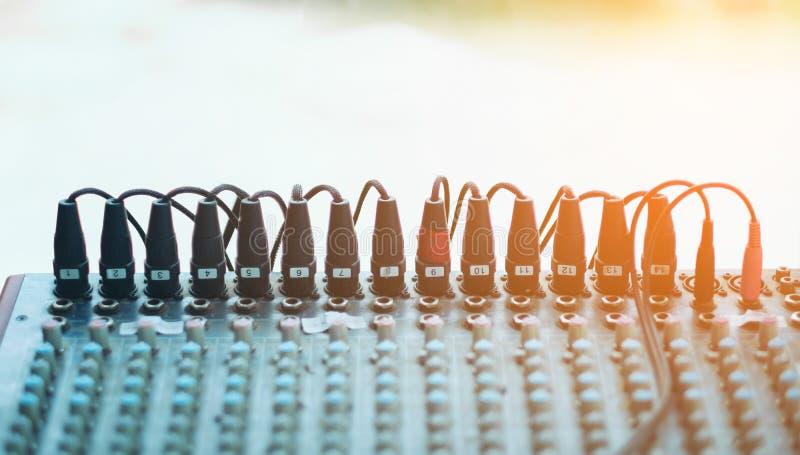 Стол консоли DJ смешивая, черный регулятор ядрового смесителя с уровнем тома и канал mic штепсельной вилки стоковая фотография rf