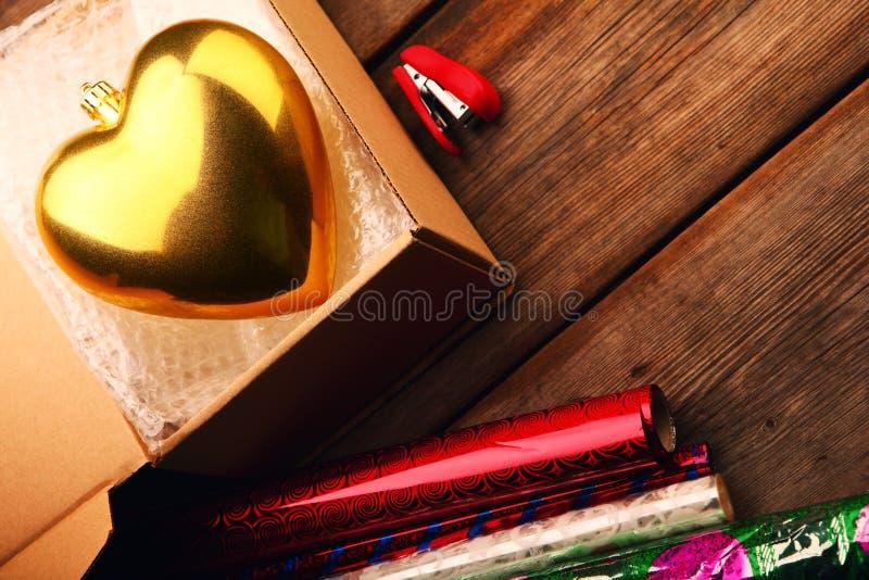 Стол коробчатого сечения сердца золота игрушки Нового Года пакета пузыря стоковые изображения