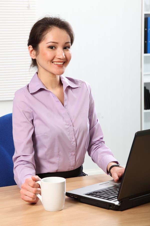 стол кофе дела имея ее сь женщину стоковое изображение rf