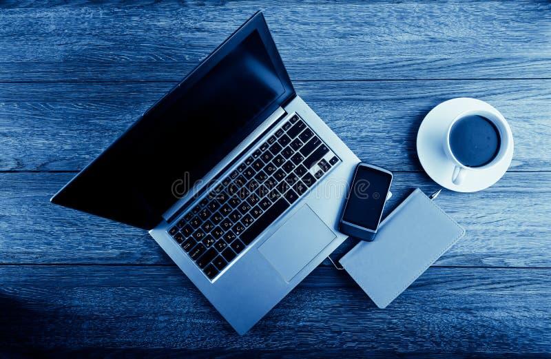 Стол офиса с портативным компьютером стоковое изображение