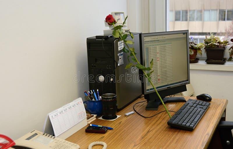 Стол работы с компьютером a и розами стоковое изображение