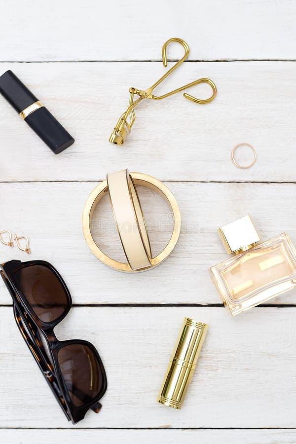 Стол стиля золота блога моды с собранием аксессуара женщины Ve стоковые изображения rf