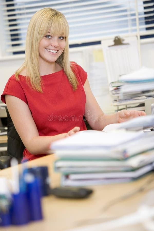 стол счастливо ее сидя женщина стоковая фотография rf