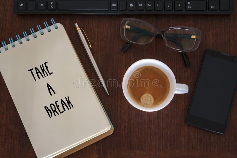 Стол с аксессуарами офиса и принять сообщение перерыва Управление стресса, перегрузка и концепция прогара стоковые фото