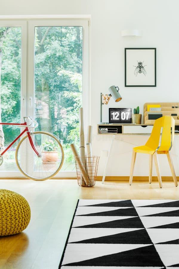 Стол с компьютером в комнате стоковая фотография rf
