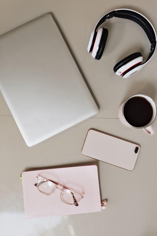 Стол таблицы офиса взгляда сверху Место для работы с ноутбуком, канцелярские товарами на белой предпосылке стоковые изображения rf
