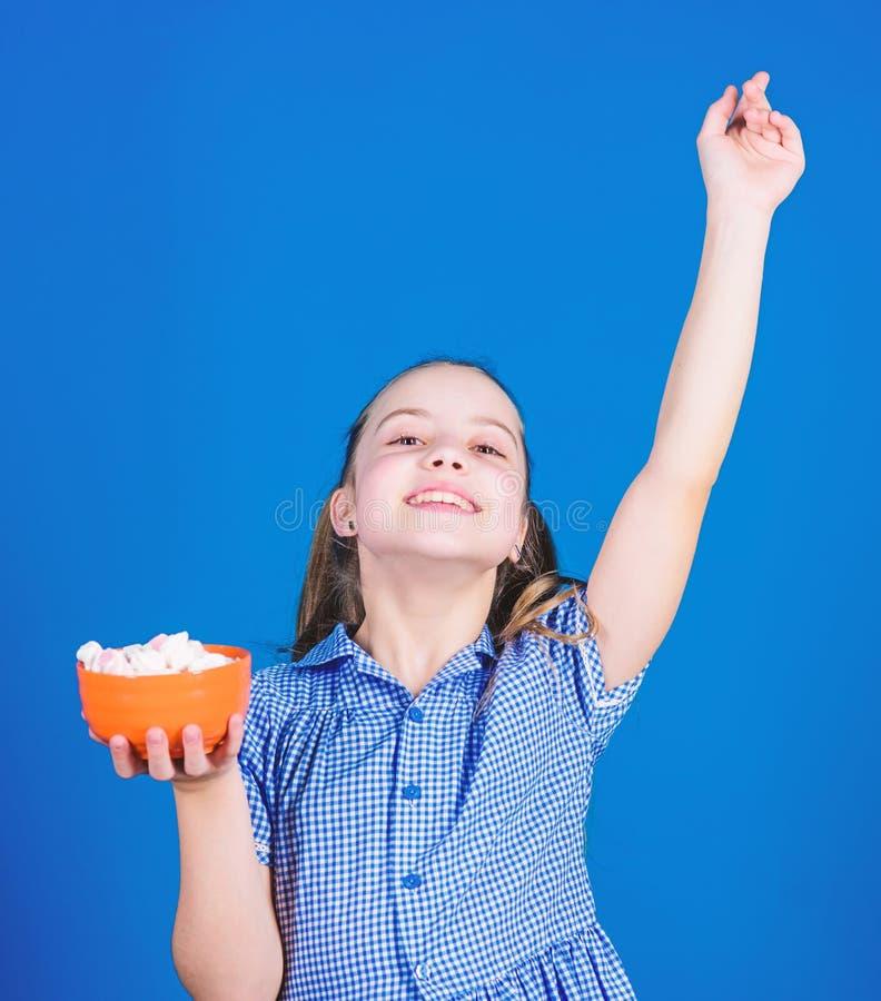 Стоматология Диета и калория Концепция сладкого зуба Здоровое питание и стоматологическая помощь счастливый малыш любит сладости  стоковое фото rf