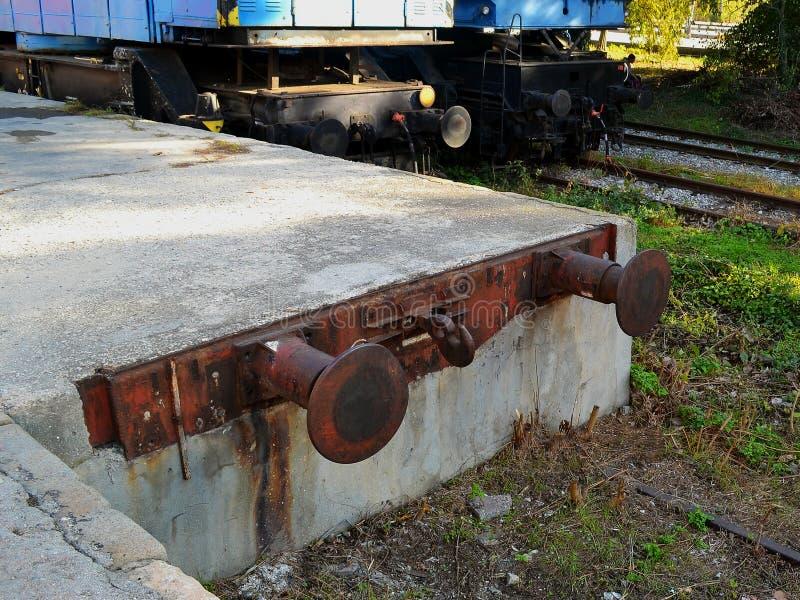 Стоп буфера вокзала защищает рисберму от конца повреждения вверх стоковое изображение
