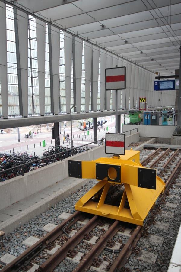 Стоп буфера на железнодорожном пути вдоль платформы на центральной станции Роттердама в Нидерландах стоковая фотография rf