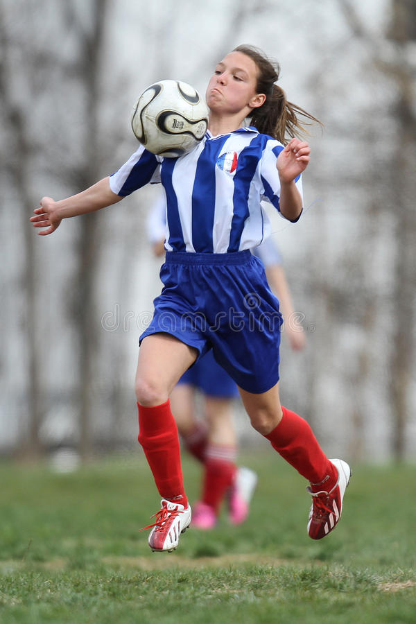 Стоп комода молодого женского †футболиста « стоковая фотография