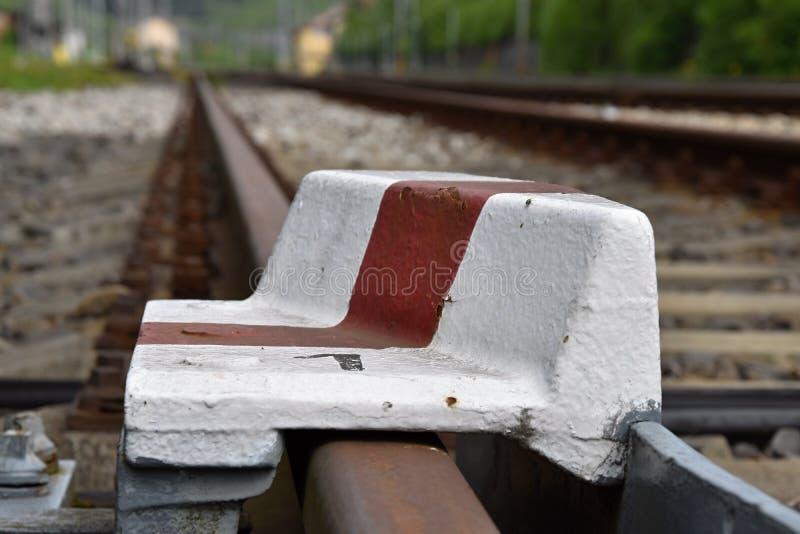 Стоп рельса устроенный на железнодорожном пути стоковое изображение