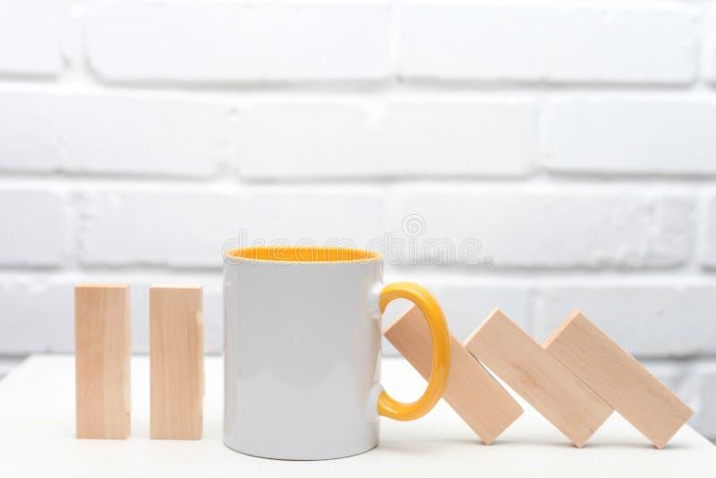Стоп чашки чаю или кофе принцип домин владение домашнего ключа принципиальной схемы дела золотистое достигая небо к На белой дере стоковое фото rf