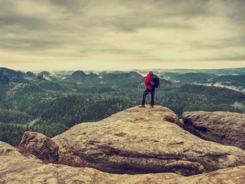 Стоп человека для наблюдать туманный ландшафт Момент на крае стоковое фото