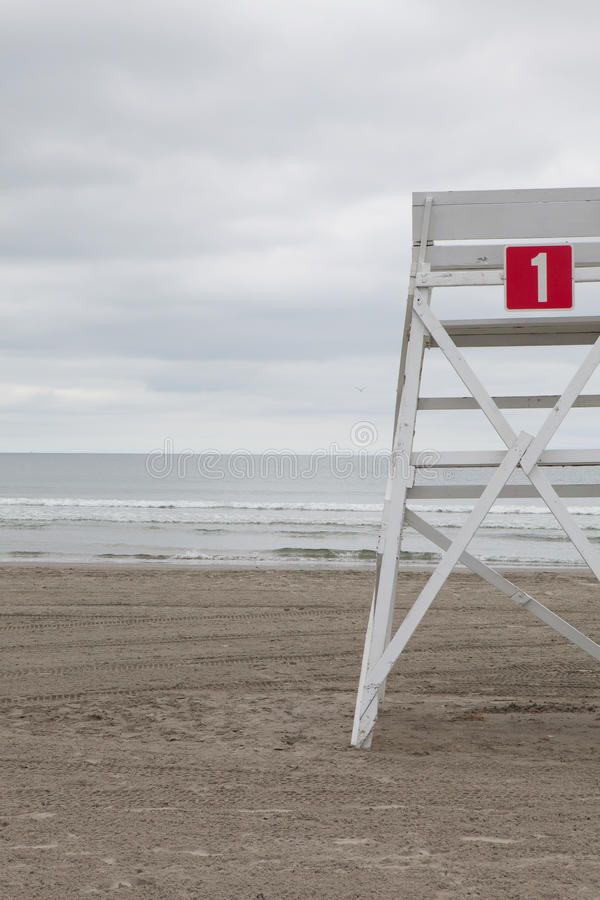 Сторожевая башня на пустом пляже в Middletown, Род-Айленде, США стоковые фотографии rf