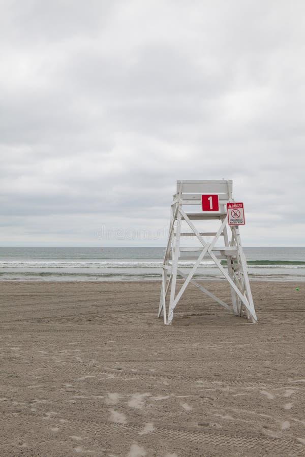 Сторожевая башня на пустом пляже в Middletown, Род-Айленде, США стоковая фотография