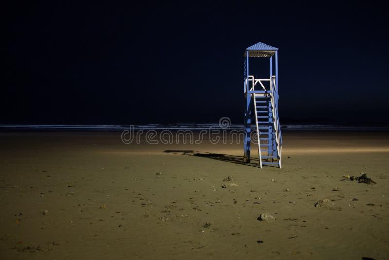 Сторожевая башня пляжа на пляже Essaouira загорелась вечером стоковые фотографии rf