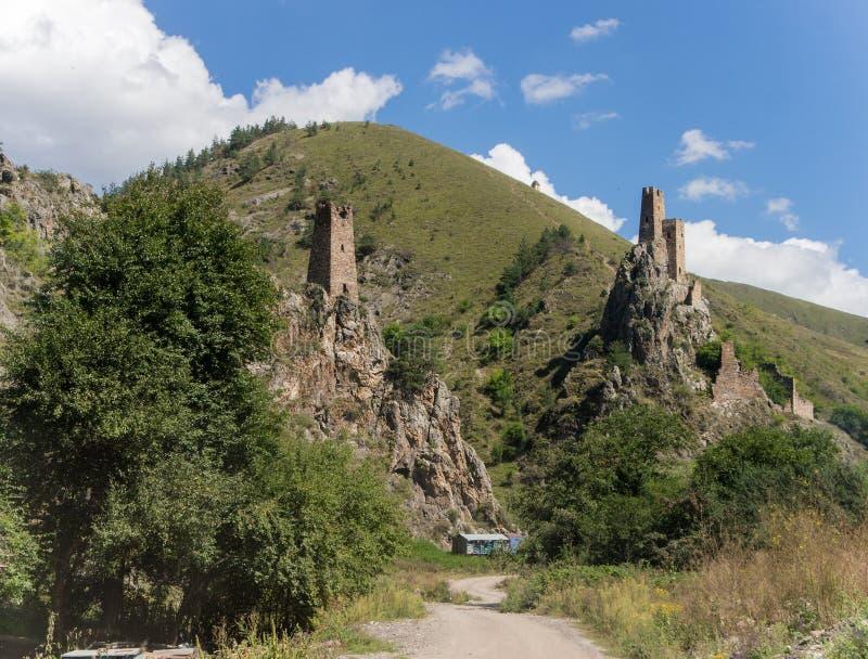 2 сторожевой башни в ущелье горы стоковое изображение rf